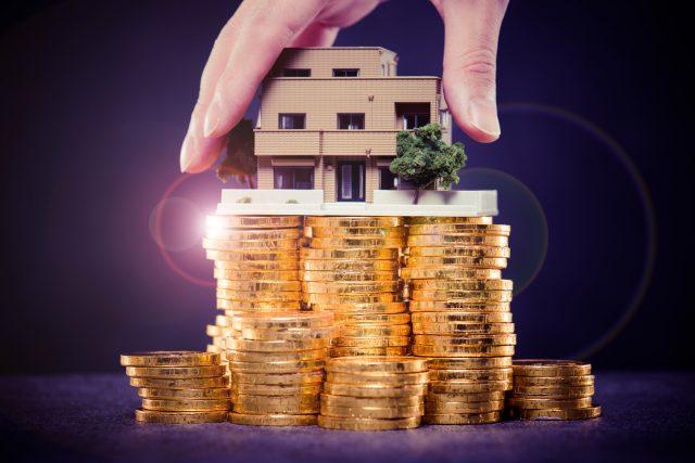 大量のお金と住宅模型