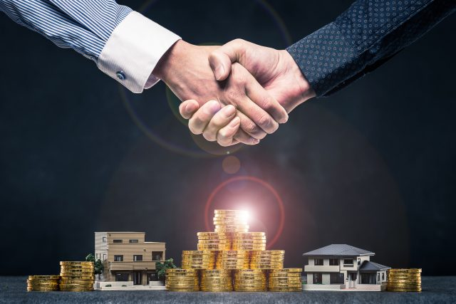 ビジネスマンの握手,住宅とお金